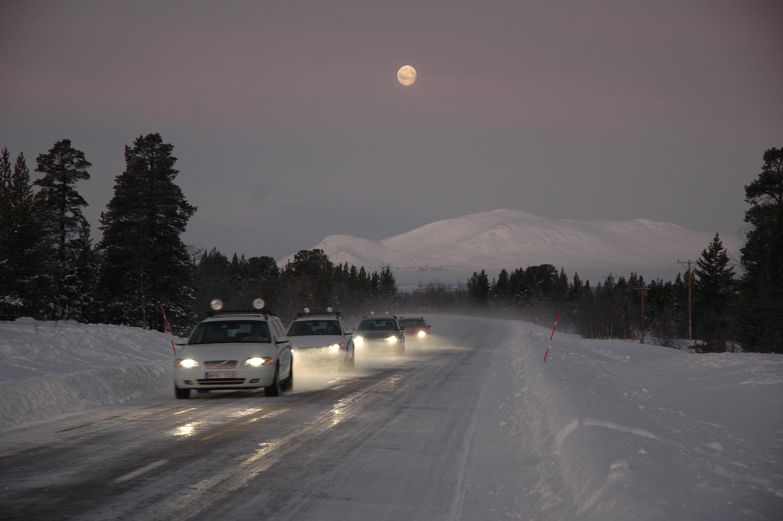 Śliska nawierzcznia znacznie wydłuża drogę potrzebną do zatrzymania pojazdu. Fot. Newspress